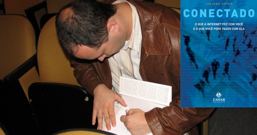 Juliano Spyer autografando o livro da Amanda